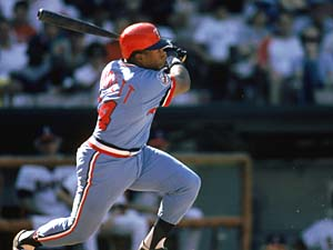 Puckett swings at the pitch during a game in the 1986 season.