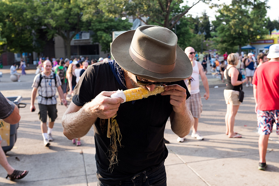 """In the spirit of his song, """"Country,"""" Frankie Lee finds some sustenance at the Minnesota State Fair."""