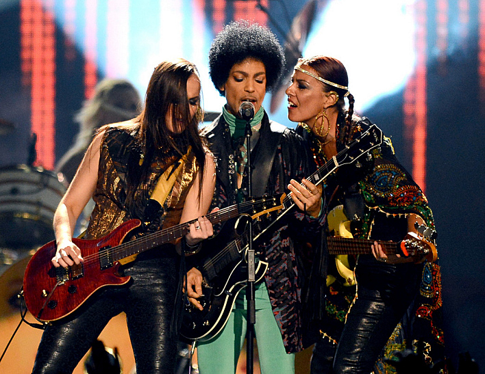 Prince with 3rd Eye Girl performing at the 2013 Billboard Awards.
