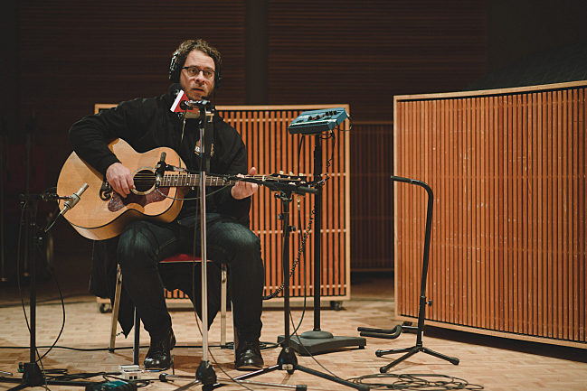 Amos Lee chats with host Bill DeVille live in The Current studios.