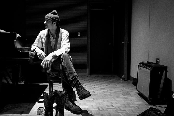 Erik Koskinen performs in studio for Radio Heartland.