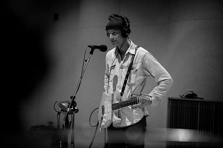 Erik Koskinen performs in studio on Radio Heartland