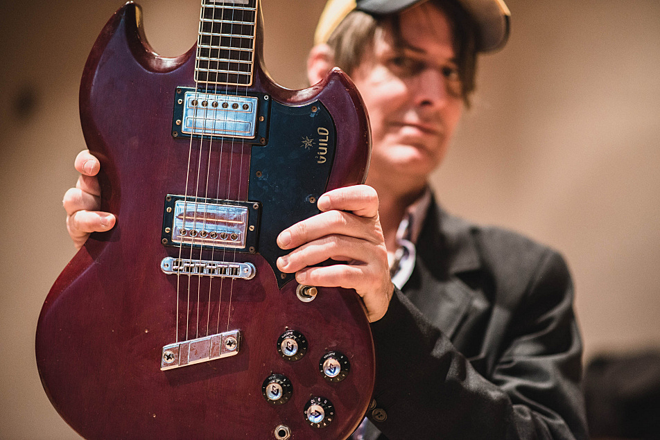 Stephen Malkmus poses with his Guild S-100 guitar.