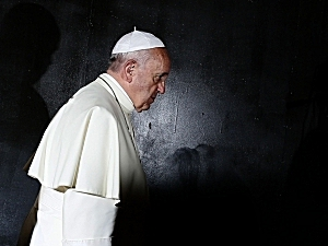 Pope Francis at the Hall of Remembrance