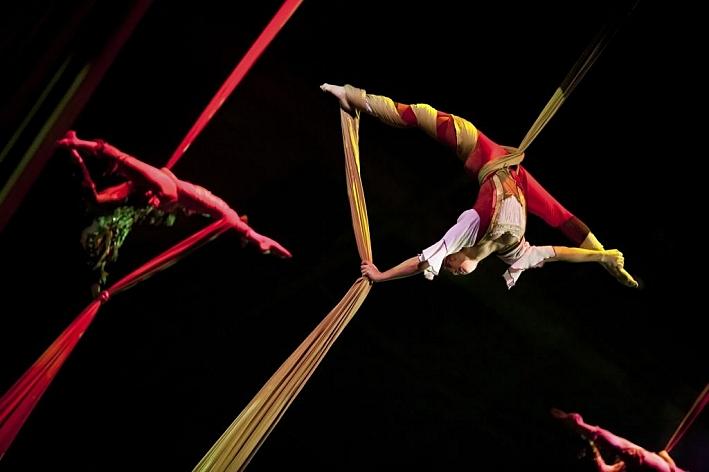 Circus Juventas performing 'Showdown'