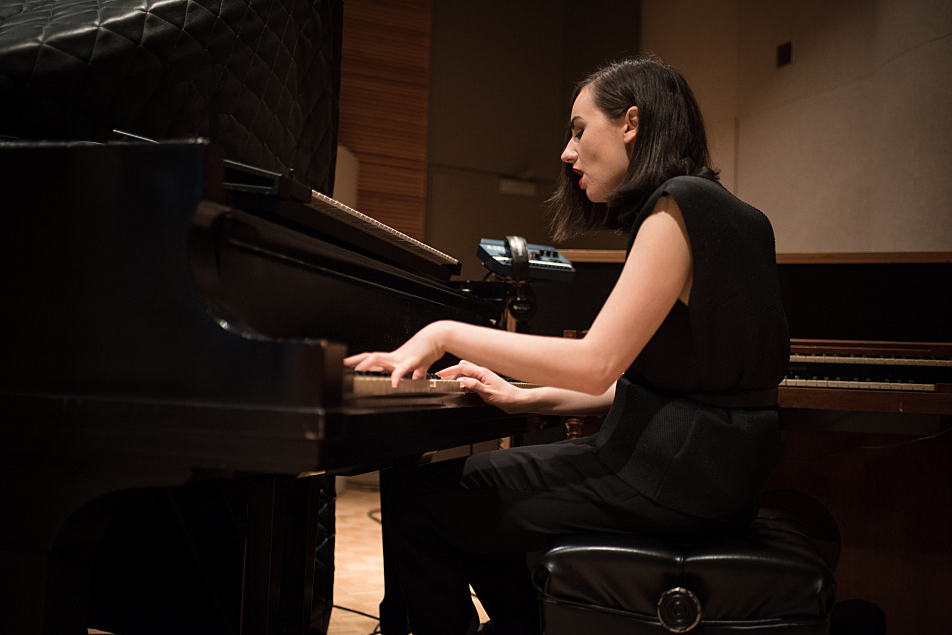 Meg Mac warms up on piano before her session in The Current studio.