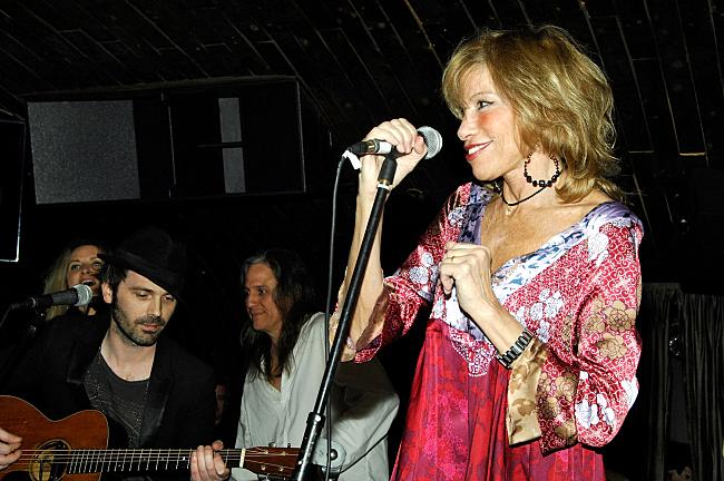 Carly Simon sings at