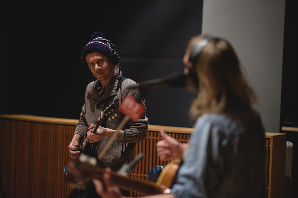 Stephen Howard (L) plays lead guitar with Lissie in The Current's studio.