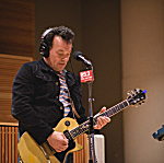 James Hunter plays his Gibson Les Paul guitar in The Current studio.